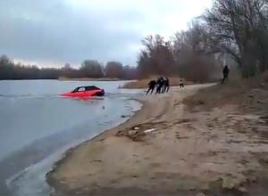 Спасение утопленного при проверке крепости льда авто попало на видео под Волгоградом