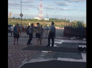 Неадекватный мужчина устроил разборки с полицейскими около торгового комплекса в Волгограде