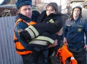 Девочка провалилась под лед в затопленном районе Волгоградской области