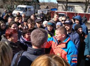 Волгоградский губернатор вышел к толпе пострадавших от наводнения в окружении силовиков