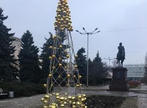 Нищие горожане разворовали золотую елку в центре Волгограда