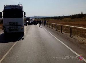 Ребенок и девушка пострадали из-за протаранившего «семерку» и влетевшего в трос Volvo под Камышином