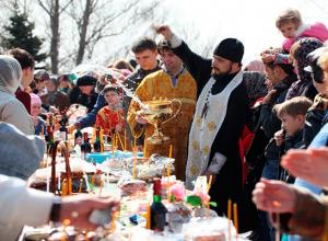 Жители Волгограда красят яйца и освящают пасхальные куличи