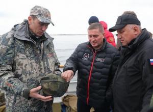 Губернатор Андрей Бочаров побывал на подъеме со дна Волги бронекатера