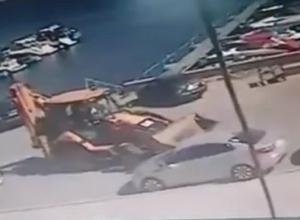 Бешеный тракторист попал на видео, тараня иномарку возле ресторана «Миля» в Волгограде