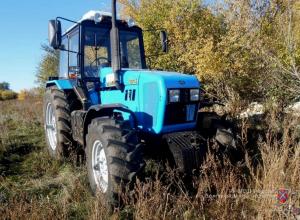 Трое авантюристов средь бела дня угнали трактор у фроловчанина