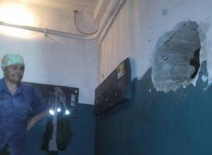 В ожидании «высокого» гостя УК подручными материалами заложила огромную дыру в стене волгоградской многоэтажки