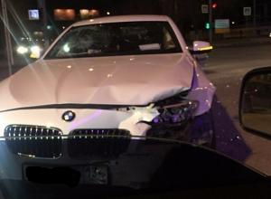 Старый BMW столкнулся с новым белым «Бумером» в центре Волгограда