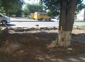 В Волгограде двор многоквартирного дома перерыли тракторы: снесли бордюры, уничтожили деревья