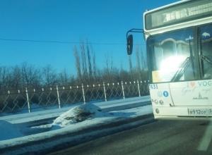 Автобусы Волгограда продолжает гонять на «красный» и игнорировать людей на остановках
