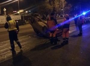 Автомобиль перевернулся после наезда на бордюр в Волгограде