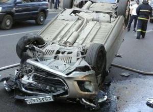 В самом центре Волгограда при аварии опрокинулась иномарка