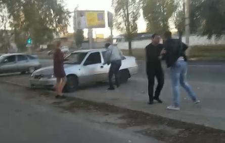 Потасовка у букмекерского клуба в Волгограде попала на видео
