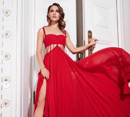 Юлия Ковальчук нарядилась в откровенное красное платье для гламурной фотосессии