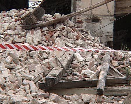 В центре Волгограда из-за обрушения стены дома погиб рабочий