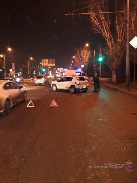 На юге Волгограда в тройном ДТП пострадала женщина-водитель, а виновник скрылся