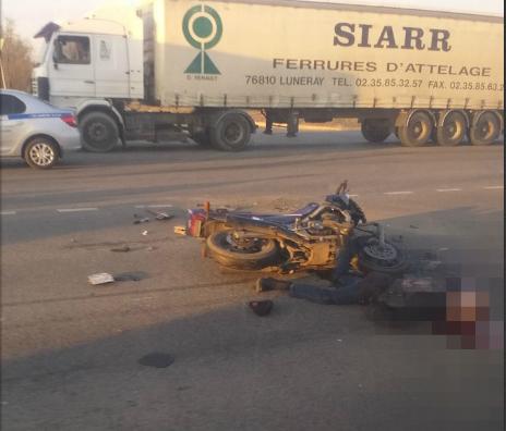 В Волгограде байкер на скорости влетел в фуру и погиб