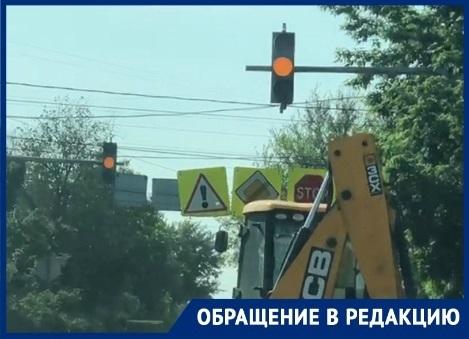 Цвет настроения желтый: на «адском перекрестке» в Дзержинском районе третий день мигают светофоры