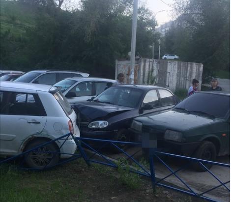 На севере Волгограда водитель потерял управление, спуская машину с горы