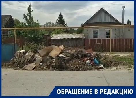 Мусорный коллапс: два месяца жители поселка в Волгоградской области наблюдают мусор из окон своих домов
