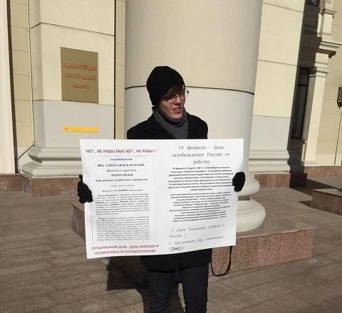 Стоящий возле здания администрации волгоградец с плакатом «Нет, не рабы мы» произвел фурор