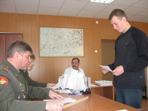 В Волгограде в армию призвали парня с негнущимися коленями