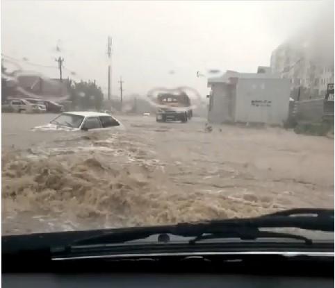Плавающая машина на севере Волгограда попала на видео