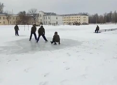 Солдаты порезвились на льду в Волгограде