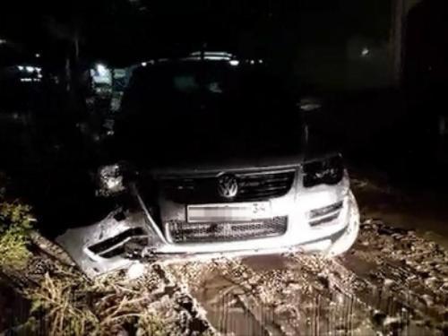 Пьяный 20-летний парень угнал в Волгограде с АЗС иномарку и разбил ее
