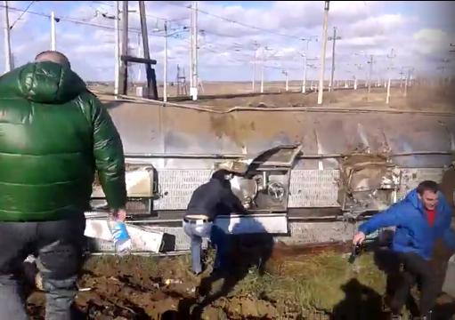 Под Волгоградом перевернулась цистерна свином— Нежданная радость селянам