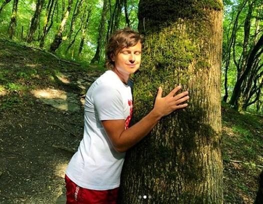 Прохор Шаляпин познал простоту жизни, обнимая деревья