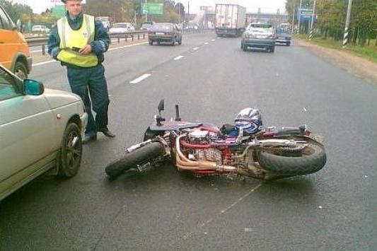 Автоледи сбила мотоциклиста