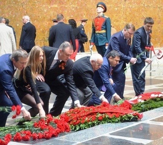 В Волгограде День Победы начался возложением венков на Мамаевом кургане