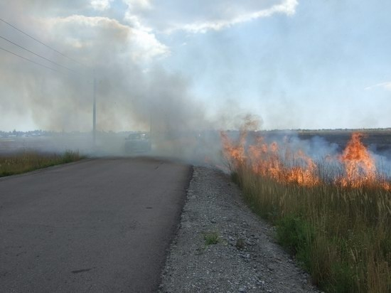 Из-за горения травы произошло ДТП «Нивы» и ВАЗ-2106 на трассе в Волгоградской области