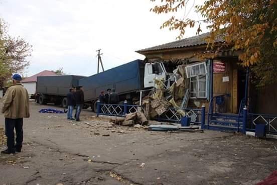 Под Урюпинском фура врезалась в здание сельской администрации: водитель погиб