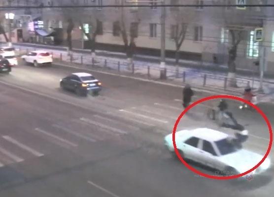 Момент столкновения Mercedes с 13-летним школьником сняли на видео в Волгограде
