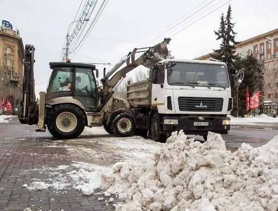 С волгоградских дорог сгребают снежную кашу