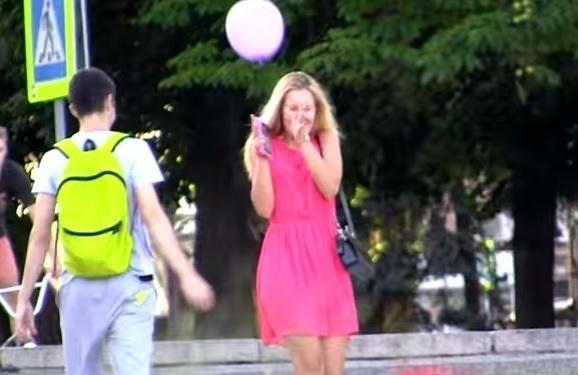 Волгоградцы обсуждают снятый на набережной ролик о вылетающих из рук шариках