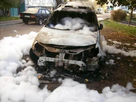 В Волгограде на Титова пироманы сожгли две дорогие иномарки
