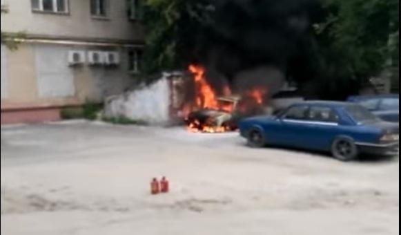 В центре Волгограда сгорел ВАЗ-2105