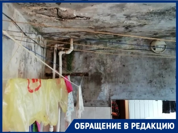 Жители общежития в Советском районе Волгограда боятся оказаться под завалами крыши