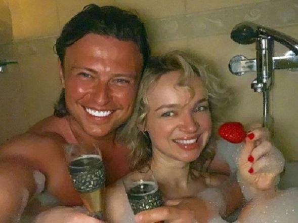 Прохор Шаляпин встречает День всех влюбленных в ванной с пианисткой