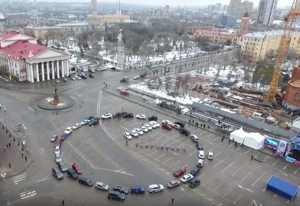 Гигантские часы из 50 авто попали на видео в Волгограде