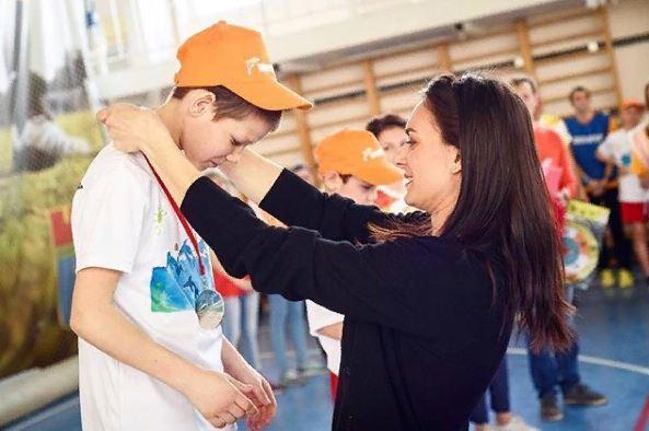 Поклонники посоветовали Елене Исинбаевой взять с собой в Саратов болотные сапоги