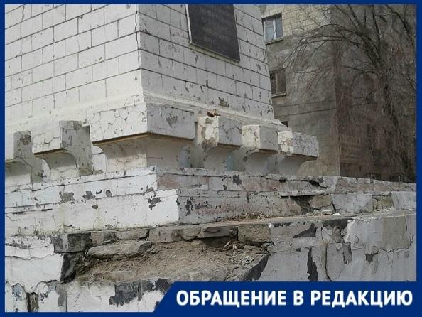Состояние братской могилы в Волгограде сравнили со свалкой