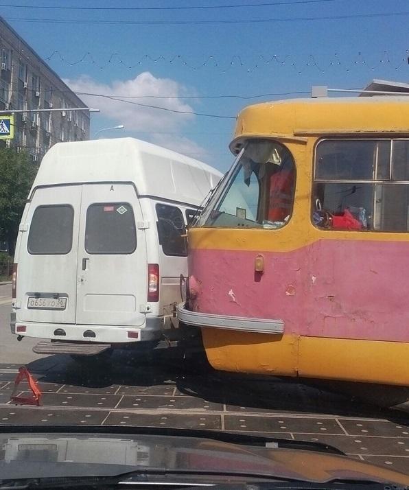 Трамвай врезался в маршрутку с пассажирами на Рабоче-Крестьянской в Волгограде