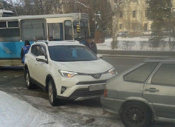 Троллейбус столкнулся с двумя автомобилями в центре Волгограда