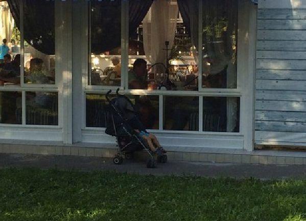Ради пива и кальяна волгоградцы бросили своего малыша совсем одного в коляске у кафе