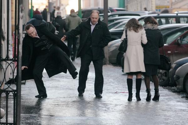 В Волгограде горожане могут жаловаться на плохую уборку дворов от наледи, позвонив на горячую линию