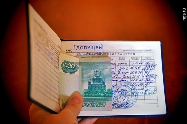 Преподавателю политехнического колледжа Волгограда грозит 8 лет за взятки со студентов